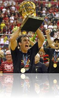 Rio de Janeiro; Brasil; HSBC Arena; 28/06/2009; Basquete; Final do Basquete NBB 2009.  Jogo Flamengo x Universo/BRB.  Marcelinho levanta o trofeu de bi-campeao brasileiro; Foto Julio Cesar Guimaraes/Lancepress!; ;